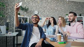 Συνάδελφοι που κάνουν την τηλεοπτική κλήση με το smartphone που μιλά και που στην αρχή απόθεμα βίντεο