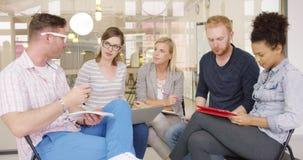 Συνάδελφοι που συζητούν τη στρατηγική καινούργιου έργου φιλμ μικρού μήκους