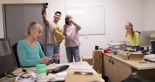 Συνάδελφοι σε ένα νέο γραφείο απόθεμα βίντεο