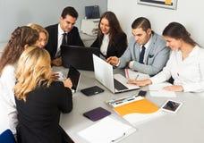 Συνάδελφοι στις διαπραγματεύσεις στη αίθουσα συνδιαλέξεων Στοκ Φωτογραφίες