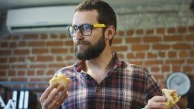 Συνάδελφοι στο γραφείο που τρώνε την πίτσα από κοινού απόθεμα βίντεο