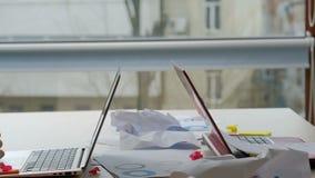 Συνάδελφοι σύγκρουσης εργασίας ανταγωνισμού ανταγωνισμού γραφείων φιλμ μικρού μήκους