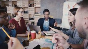 Συνάδελφοι Multiethnic που μιλούν στη συνεδρίαση των γραφείων Ευτυχείς νέοι επιχειρηματίες που αναπτύσσουν τη συμφωνία συνεργασία απόθεμα βίντεο