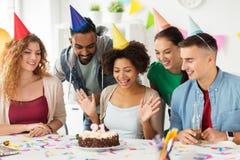 Συνάδελφος χαιρετισμού ομάδας στη γιορτή γενεθλίων γραφείων Στοκ Φωτογραφίες
