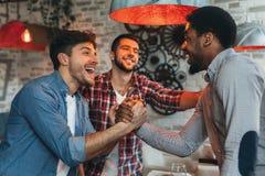 Συνάντηση παλιών φίλων Τρεις φίλοι συναντιούνται στο μπαρ στοκ φωτογραφίες με δικαίωμα ελεύθερης χρήσης