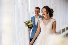 Συνάντηση της νύφης και του νεόνυμφου στο δωμάτιο μπουντουάρ Στοκ εικόνα με δικαίωμα ελεύθερης χρήσης