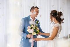 Συνάντηση της νύφης και του νεόνυμφου Στοκ φωτογραφίες με δικαίωμα ελεύθερης χρήσης