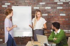 Συνάδελφοι ενημερώσεων επιχειρηματιών στην αρχή στοκ εικόνα
