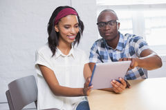 Συνάδελφοι που εξετάζουν έναν υπολογιστή ταμπλετών στοκ εικόνα με δικαίωμα ελεύθερης χρήσης