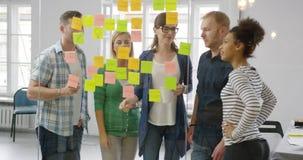 Συνάδελφοι που εργάζονται μαζί στο σύγχρονο γραφείο φιλμ μικρού μήκους