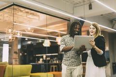 Συνάδελφοι που μιλούν σε ένα σύγχρονο γραφείο Στοκ Εικόνες