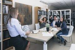 Συνάδελφοι που ρίχνουν τα έγγραφα στο καλάθι στο γραφείο Στοκ εικόνες με δικαίωμα ελεύθερης χρήσης