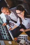 Συνάδελφοι που χαμογελούν δείχνοντας στον υπολογιστή Στοκ εικόνες με δικαίωμα ελεύθερης χρήσης