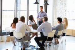 Συνάδελφοι σε μια συνεδρίαση των γραφείων Στοκ Εικόνες