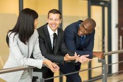 Συνάδελφοι συνομιλίας επιχειρηματιών Στοκ εικόνες με δικαίωμα ελεύθερης χρήσης