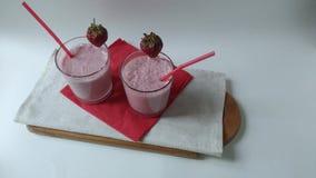 Συνέλευση δύο γυαλιών καταφερτζήδων φρούτων milkshake απόθεμα βίντεο