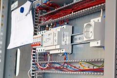 Συνέλευση του ηλεκτρικού γραφείου σύμφωνα με το σχέδιο Διακόπτες, καλώδια στοκ φωτογραφία