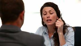 Συνέντευξη μεταξύ μιας επιχειρηματία και ενός ατόμου απόθεμα βίντεο