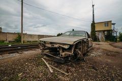 Συνέπεια του ατυχήματος Αυτοκίνητο που συντρίβεται με το τραίνο Συντριφθείς κοντινός σιδηρόδρομος αυτοκινήτων Στοκ φωτογραφία με δικαίωμα ελεύθερης χρήσης