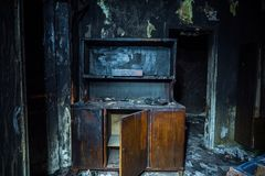 Συνέπειες της πυρκαγιάς Εσωτερικό από το σπίτι πυρκαγιάς, μμένα έπιπλα Στοκ εικόνες με δικαίωμα ελεύθερης χρήσης