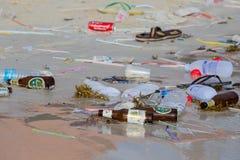 Συνέπειες της ρύπανσης θαλάσσιου νερού στην παραλία μετά από το κόμμα πανσελήνων Koh Phangan, Ταϊλάνδη νησιών στοκ φωτογραφίες