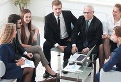 Συνέταιροι και επιχειρησιακή ομάδα που συζητούν ένα νέο contrac Στοκ Φωτογραφία