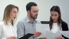 Συνέταιροι που εργάζονται στο νέο πρόγραμμα στο σύγχρονο γραφείο απόθεμα βίντεο