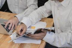 Συνέταιροι που συζητούν τα έγγραφα και τις ιδέες στοκ εικόνες