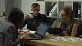 Συνέταιροι που συζητούν τα διαγράμματα στον εργασιακό χώρο φιλμ μικρού μήκους