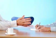 Συνέταιροι που συζητούν τα χέρια Στοκ εικόνες με δικαίωμα ελεύθερης χρήσης