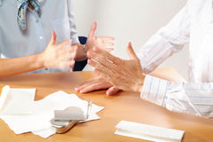 Συνέταιροι που συζητούν τα χέρια στοκ φωτογραφίες με δικαίωμα ελεύθερης χρήσης