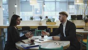 Συνέταιροι στη συνεδρίαση Η κυρία συζητά τη στρατηγική με ένα άτομο φιλμ μικρού μήκους