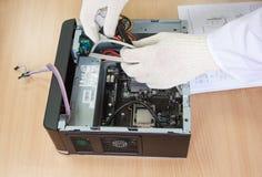 Συνέλευση μηχανικών ηλεκτρονικής ένα προσωπικός Η/Υ στοκ εικόνα