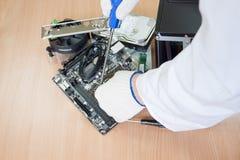 Συνέλευση μηχανικών ηλεκτρονικής ένα σύγχρονο προσωπικός Η/Υ στοκ εικόνες