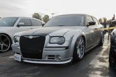 Συνήθεια Chrysler 300C στην επίδειξη στοκ φωτογραφίες