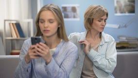 Συναίσθημα μητέρων που ανησυχείται για το μέλλον κορών, πρόβλημα οικογενειακής επικοινωνίας απόθεμα βίντεο