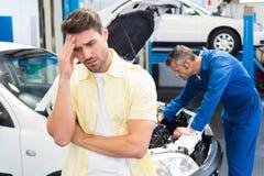 Συναίσθημα πελατών που ανησυχείται για το αυτοκίνητό του Στοκ Εικόνες