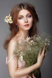 Συναίσθημα. Πορτρέτο της νοσταλγικής γυναίκας Redhair με τα χορτάρια στοκ εικόνα