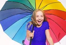 Συναίσθημα που προστατεύεται σε αυτήν την ημέρα φθινοπώρου Μικρό κορίτσι με την ομπρέλα στο βροχερό καιρό o o E στοκ φωτογραφίες με δικαίωμα ελεύθερης χρήσης