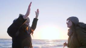 Συναίσθημα της ελευθερίας, χαρούμενο θηλυκό που χορεύει με τα όπλα που αυξάνονται στον ωκεανό ακτών απόθεμα βίντεο