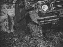 Συναγωνιμένος πλαϊνά αυτοκίνητα 4x4 ή 4WD αυτοκίνητο με τις ρόδες στη λάσπη Στοκ Εικόνες