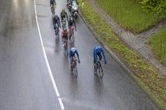 Συναγωνιμένος ποδηλάτες στο κρησφύγετο Finanzplatz Φρανκφούρτη Rund φυλών um Στοκ Φωτογραφίες
