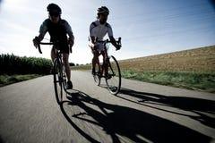 Συναγωνιμένος ποδηλάτες στο δρόμο Στοκ φωτογραφίες με δικαίωμα ελεύθερης χρήσης