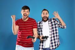 Συναισθηματικά άτομα που παίζουν τα τηλεοπτικά παιχνίδια με τους ελεγκτές στοκ φωτογραφίες με δικαίωμα ελεύθερης χρήσης