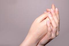 συναισθηματικά χέρια έννοιας που διατηρούν τη συνοχή τη γυναίκα δύο Στοκ Εικόνα
