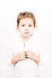Συναισθηματική έκφραση του προσώπου του μικρού κοριτσιού - ηρεμία στοκ εικόνα