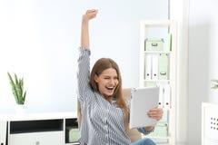 Συναισθηματική νέα γυναίκα με τη νίκη εορτασμού ταμπλετών στοκ φωτογραφία με δικαίωμα ελεύθερης χρήσης