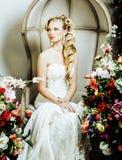 Συναισθηματική ξανθή νύφη ομορφιάς εσωτερικό να ονειρευτεί πολυτέλειας, τρελλό στοκ εικόνα με δικαίωμα ελεύθερης χρήσης