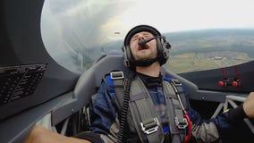 Συναισθηματική συνεδρίαση ατόμων στο αεριωθούμενο πιλοτήριο που κάνει το βρόχο στον αέρα, ακραίο χόμπι απόθεμα βίντεο