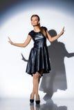 Συναισθηματική τοποθέτηση γυναικών στο μοντέρνο σκούρο μπλε φόρεμα στοκ εικόνες